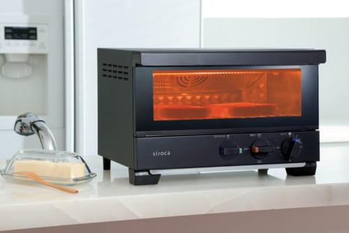 ピザを焼く石窯のように高温で一気に加熱。コンベクション機能を内蔵した高温トースター。惣菜の温め直しも得意。タイマー15分。庫内温度100~280度。2枚焼き。消費電力1400W。幅350×高さ229×奥行き286㎜(本体)、幅310×高さ80×奥行き201mm(庫内、焼き網とヒーター間)、約3.8kg。9980円。電話:0570・001・469