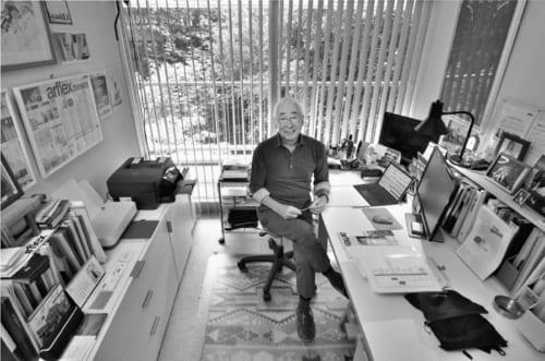 東京都内の自宅マンションの書斎で。平成22年、日本におけるイタリアデザインの普及・促進に多大な貢献をした功績で「イタリア連帯の星」勲章『カヴァリエーレ賞』を受章した。