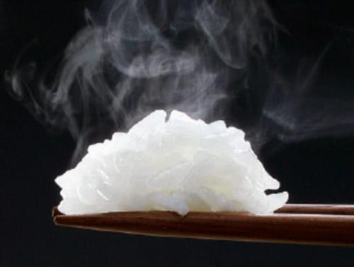 炊飯は0.5合から対応。炊きたてのご飯特有の甘い香りが立ち上る。高圧力と大火力により、少量でもおいしいく炊き上がる。