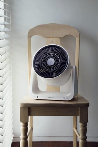 室内の空気を循環させるサーキュレーター効果に加え、部屋の脱臭も行なう。夏場は扇風機としても使え、春先の花粉で洗濯物を室内干しするときは送風機としても活躍する多機能タイプ。省エネにも優れた設計で、消費電力1.5~26W。幅320×高さ340×奥行き230mm、約3kg。2万2600円。電話:0120・686・717