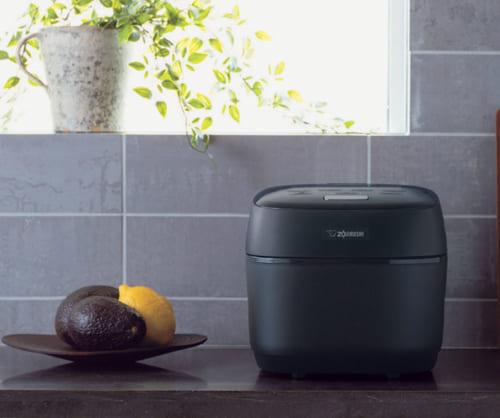 白米と玄米用に炊飯時間を長くする「熟成炊き」を搭載、米のアルファ化(糊化)を促進し甘み成分を倍加させる。やわらかご飯も「やわらか」「よりやわらか」の2コースが用意され、より細かな好みに対応。4合炊き。最大消費電力1140W。幅230×高さ205×奥行き305mm、6kg。実勢価格10万円前後。電話:0120・345135