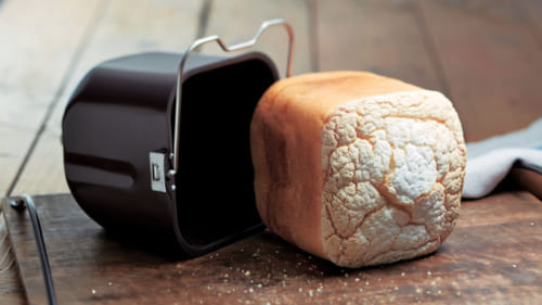 外はパリパリ、中はきめ細かなもちもちとした食感のパンが完成。タイマーセットもできる。写真はグルテンフリー食パン。