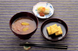 前列左から時計回りに、茶粥(ほうじ茶・さつまいも)、漬物(白菜漬け・梅干し)、出汁いらずの出汁巻き卵。梅干しは毎年漬けるが、写真は2年物で塩分16%。出汁いらずの出汁巻き卵の作り方は、奥村流。卵2個に殻半分の水、薄口醬油、味醂、粉末にした糸がき鰹節を混ぜて焼く。