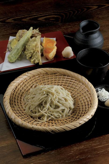 香りの逸品メニュー「極み」1120円。新蕎麦は12月上旬から。奥は「旬野菜の天ぷら」1020円。右から時計回りに柿、椎茸、オクラ、ナス、ホンシメジ。
