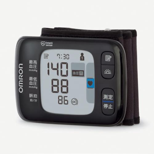 測定結果が大きな表示で一目で分かる。高血圧の指針となる「135」以上になると血圧確認マークが点灯する。スマートフォンと連携し、専用アプリにより毎日の血圧と脈拍データを管理できる。電源は単4形アルカリ電池2本で、約300回の測定が可能。幅91×高さ63.4×奥行き13.4mm、約90g(本体)。実勢価格1万5000円前後。電話:0120・30・6606