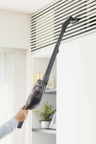 ロングノズルと角度の変わるブラシを使えば、高い場所の掃除にも効力を発揮する。ハンディタイプにすれば、約1kg強なので負担も少ない。