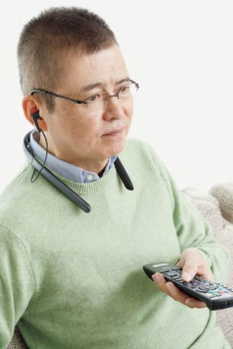 長時間の使用時も負担の少ない首かけスタイルの集音器。イヤホンを外して、耳元スピーカーとして使うこともできる。