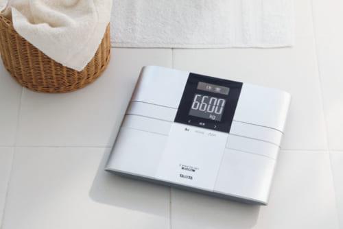 ふたつの周波数の電流で体組成を正確に計測。当日を含め31日分の過去データが保存され、計測結果をグラフで 表示することができる。登録人数は4人まで、体重は50g単位で表示。電源は単3形アルカリ電池4本、1日4回の計測で電池寿命は約1年。幅310×高さ33×奥行き274mm、約1.3㎏。実勢価格1万6000円前後。電話:0570・099655