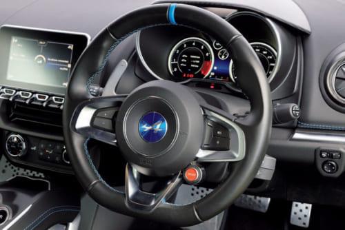 計器類は見やすく、スイッチ類も扱いやすい運転席。現在は右ハンドル仕様だけが発売されている。