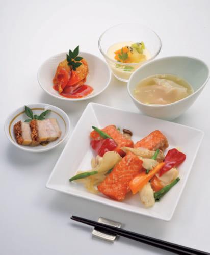 前列角皿から時計回りに、サーモンの竜田揚げ(赤ピーマン・黄ピーマン・ヒラタケ・金針菜)、豚バラの焼き肉、揚げワンタンの甘酢かけ、梨のコンポート(キウイフルーツ・マンゴー・香菜)、ワンタンの柚子風味。糖質を制限しているために、ワンタンが主食代わり。ワンタンの柚子風味は宮田さんの好物だという。