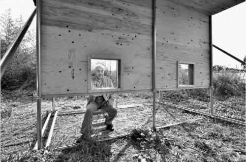 休耕地に作った実験装置。人家の壁空間や軒下を模した構造で、どんな動物がどう利用するかを観察。「こんなものを置いてみたら何が始まるのか。それを知りたいだけ。好奇心ですね」