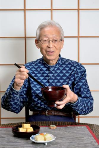 朝7時起床。朝風呂を浴びた後、朝食は8時頃。「わが家では自分が食べるものは自分で作る主義。茶粥なら4~5分で用意でき、卵焼きや常備菜がお供です」と奥村彪生さん。