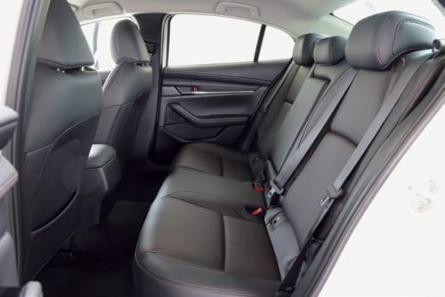 後席の着座位置はやや高め。身長170cm以上だと天井が近く感じられるかもしれない。床中央の凸部が大きいため、左右2名乗車が快適。
