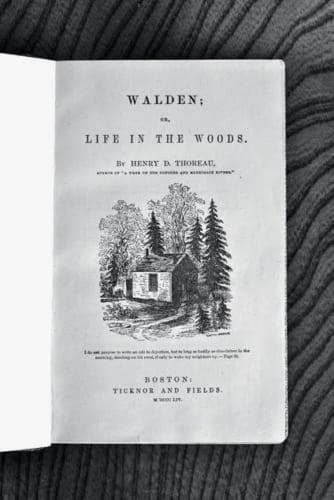 ソロー著『ウォールデン森の生活』の初版本(1854年)。自然を尊重した穏やかで思索的生き方を提言。