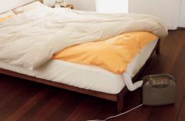 暖める温度を冬は高め、夏は低めに設定できる。乾燥時間は標準で約45分(電気代約14円)、ダニ対策で約180分(同約56円)。マット寸法は2100×2050mmでダブルサイズの布団に対応。枕専用マットも付属、500×700mm。消費電力680W。幅355×高さ314×奥行き161mm(本体)、3.6kg(同)。実勢価格2万円前後。電話:0120・139・365