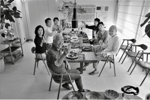 長男である保科卓社長(右端)の自宅で、家族に囲まれて寛いだ昼食のひとときを過ごす。親しい客人を招いての食事会などもよく催す。人生を愉しむのがモットー。