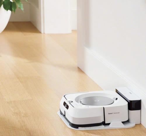駆動音は静か、テレビを見ていても気にならない。ウェットパッドとドライパッドを交換することで、水拭きとから拭きに対応。スマートフォンを使えば曜日ごとに掃除する部屋や時間の設定ができる。充電時間約3時間、一度の充電で最大60畳までの掃除が可能。幅270×奥行き252×高さ90mm、約2.2kg。6万9880円 電話:0120・046・669