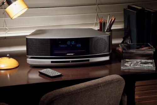 CDプレーヤーとAM/FMチューナーを搭載。小型ながら迫力のサウンドを響かせ、音量を絞っても解像度のよい音楽が部屋の隅々まで届く。コンピュータと接続できるほか、無線規格のブルートゥースにも対応。スマートフォンやタブレットと接続して音楽やネットラジオを聴くことができる。幅368×高さ109×奥行き221mm、4kg。7万7000円。電話:0120・002・009
