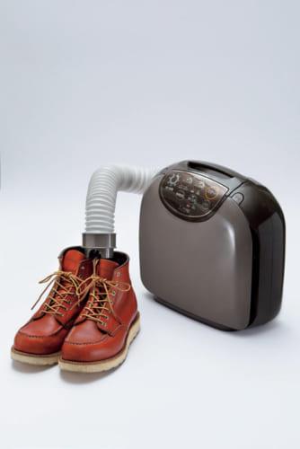 ホースの先端に乾燥ノズルを取り付ければ、靴の乾燥もできる。銀粒子を付着させたフィルターにより清潔な風を送る。