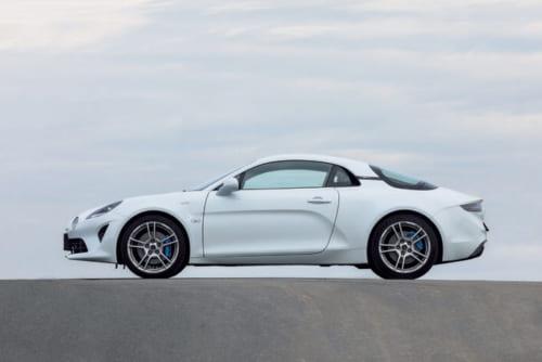 車体の長さは約4.2m。ホイールベースは約2.4m、車両重量は1110kgで、トヨタ/86(約2.5m、1210kg~)、日産/フェアレディZ(約2.5m、1500kg~)より短く、100kg以上軽い。