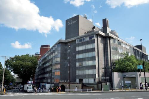 東京オリンピックの翌年、昭和40年に完成した「コープ・オリンピア」。JR原宿駅前の表参道沿いに位置し、その規模と設備から東洋一と話題になった。ここに宮田さんの事務所兼書斎、社主を務める『南国酒家』がある。