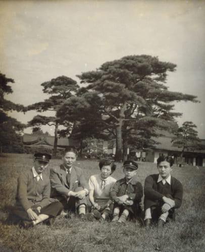 家族が揃った貴重な一葉。左から了さん、父・慶三郎さん、母・賤江(しずえ)さん、弟・侑(すすむ)さん、兄・甫(はじむ)さん。了さんが高校生の昭和29年頃、明治神宮の宝物殿前の芝生で。