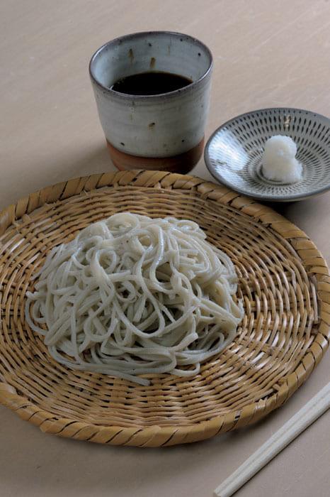 「片浮かせ一本棒、丸延し」で打った手打ち蕎麦。美味しい蕎麦を作る秘訣は、この打ち方をマスターし、極上の蕎麦粉を使うことだ。