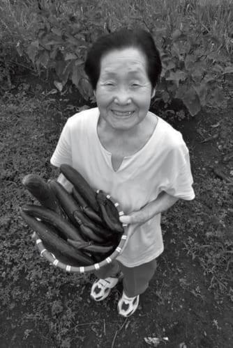 庭の畑で各種の野菜を丹精して育てる箱石さん。「私は畑仕事が大好きで、それが元気のもとにもなっています」(箱石さん)
