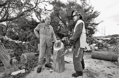 ソローやシートンがそうであったように、樵きこりや猟師のような自然の気配がわかる人々を尊敬している。林業家でチェーンソーアート作家、菊池哲夫さんの展示場で。