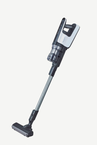 先端のペダルを踏めば先端のノズルが外れ、隙間掃除に適した「子ノズル」機能も便利。ふとん清潔ノズル、隙間ノズル、ロングホースなどが付属。充電時間約3時間、連続駆動時間約6分(強運転)、約23~50分(自動運転)。幅240×奥行き218×高さ1140mm、2.4kg。実勢価格9万円前後。電話:0120・878・691