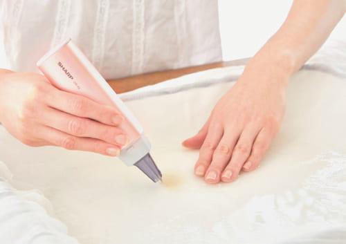 頑固な汚れやしみになった部分を水に浸し、平らにのばした状態で本体の先でゆっくりなぞると汚れが落ちていく。食事の際のしみや筆記具による汚れにも効果がある。