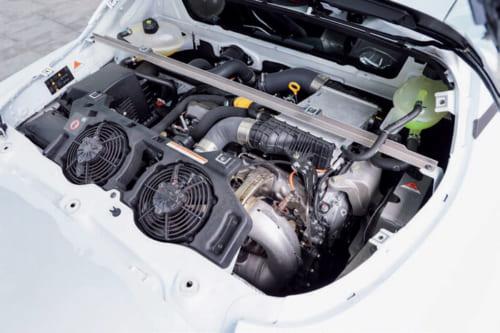 1.8Lターボエンジンで後輪を駆動する。ルノーと日産が共同開発した新型エンジンに、アルピーヌ技術陣とルノーのレースカー部門が手を加え、スポーツカー用に仕立てた。車体後部、車軸の前にエンジンを横置きに配置するミッドシップ仕様。