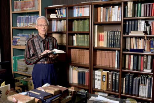 道楽亭隣の書斎で。『古事記』や『万葉集』などの古典から民俗学関連の書物、また『サザエさん』まで揃う。文献に基づいて料理を再現して50年。多くはこの書斎から生まれた。