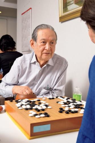囲碁は、碁盤上で黒と白の石を交互に打ち、囲んだ領域の広さを競うゲーム。「単なる陣取り合戦なんだけど、打ち手の性格まで出るから面白い」という宮田さんは、アマ八段。