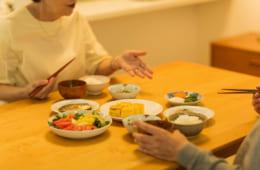 60代以上の二人暮らしのシニア夫婦、毎日夕食を一緒に食べる夫婦は70%超