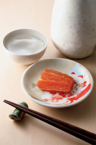 豆皿は、酒のつまみをのせるのに丁度いいサイズ。酒器として使ったり、おやつをのせたり、小物を置いたりと工夫して活用したい。