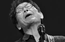 代表曲『神田川』を熱唱する南こうせつさん。「僕の音楽を聴いて、ひとりでも元気を出してもらえるなら、喉が続くかぎり歌っていきたい」