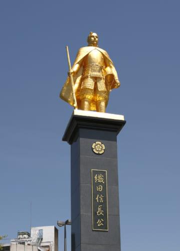 JR岐阜駅前にある金の信長像。令和に入ってリニューアルされている。