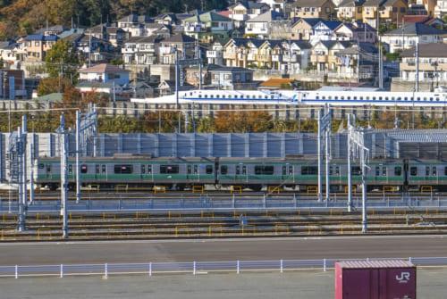 羽沢横浜貨物駅構内で新幹線と並走