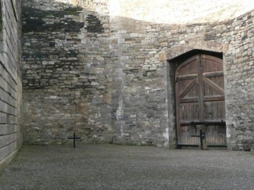 刑務所の庭にある処刑場。多くの囚人が処刑されたこの場所には、今では木の十字架が立っている。