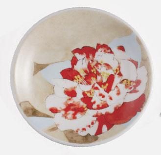 直径9cmの磁器の豆皿。園芸品種の江戸椿の中でも名品の『太神楽』の絵柄。華麗さの中に堂々たる風格を具えている。