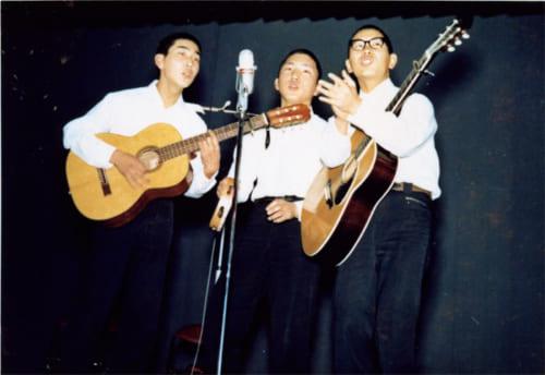 大分舞鶴高校の文化祭。後輩の伊勢正三うさん(左)らを誘ってフォークグループを結成、オリジナル曲を披露した。こうせつさん(右)のコンサートの原点だ。