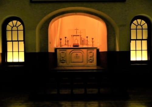 ジョセフの死刑前夜に、ジョセフとグレースが結婚した刑務所内のカソリックのチャペル。