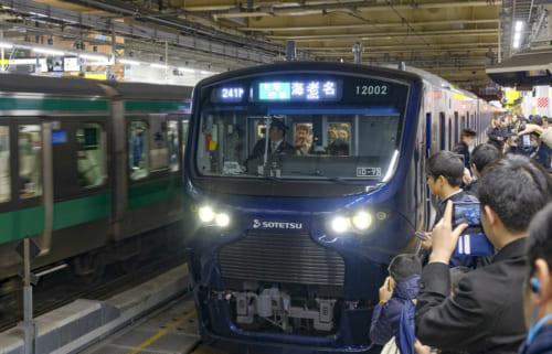 開業初日の新宿駅