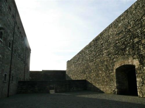 刑務所の外塀。この壁の向こうには一般人の自由な生活が広がっていた。