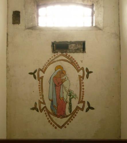 グレースが収監中に独房の壁に描いた絵は今も色鮮やかに残っている。