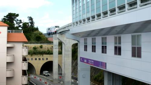 新開業の経塚駅、モノレールは山越え山超えで進む