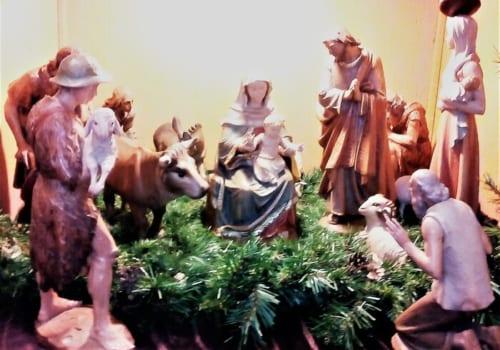 クリスマスを迎え、幼子イエスを囲む