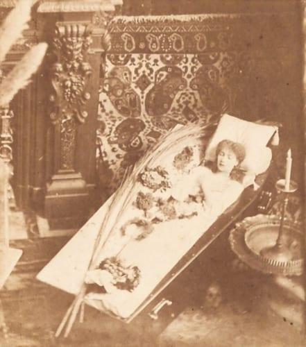 《棺桶の中でポーズするサラ・ベルナール》名刺判 ダニエル・ラドゥイユ・コレクション