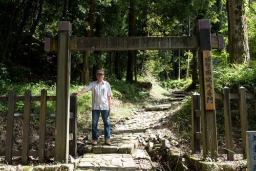 岐阜県可児市の明智城跡を取材中の藤田達生氏(2019年7月)。